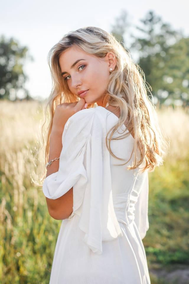 портрет девушки в белом платье