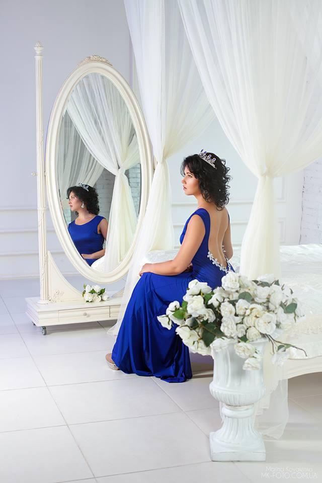 синее платье с открытой спиной