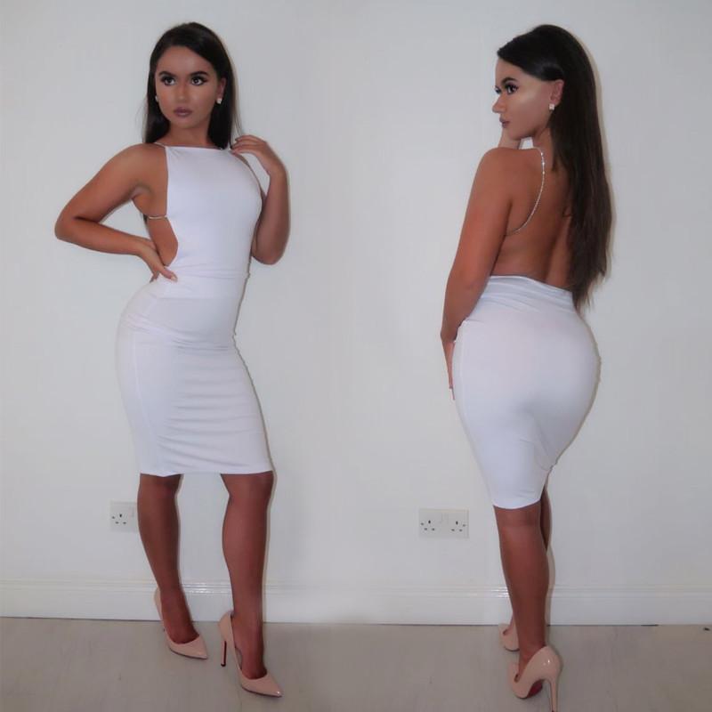 короткое белое платье с открытой спиной