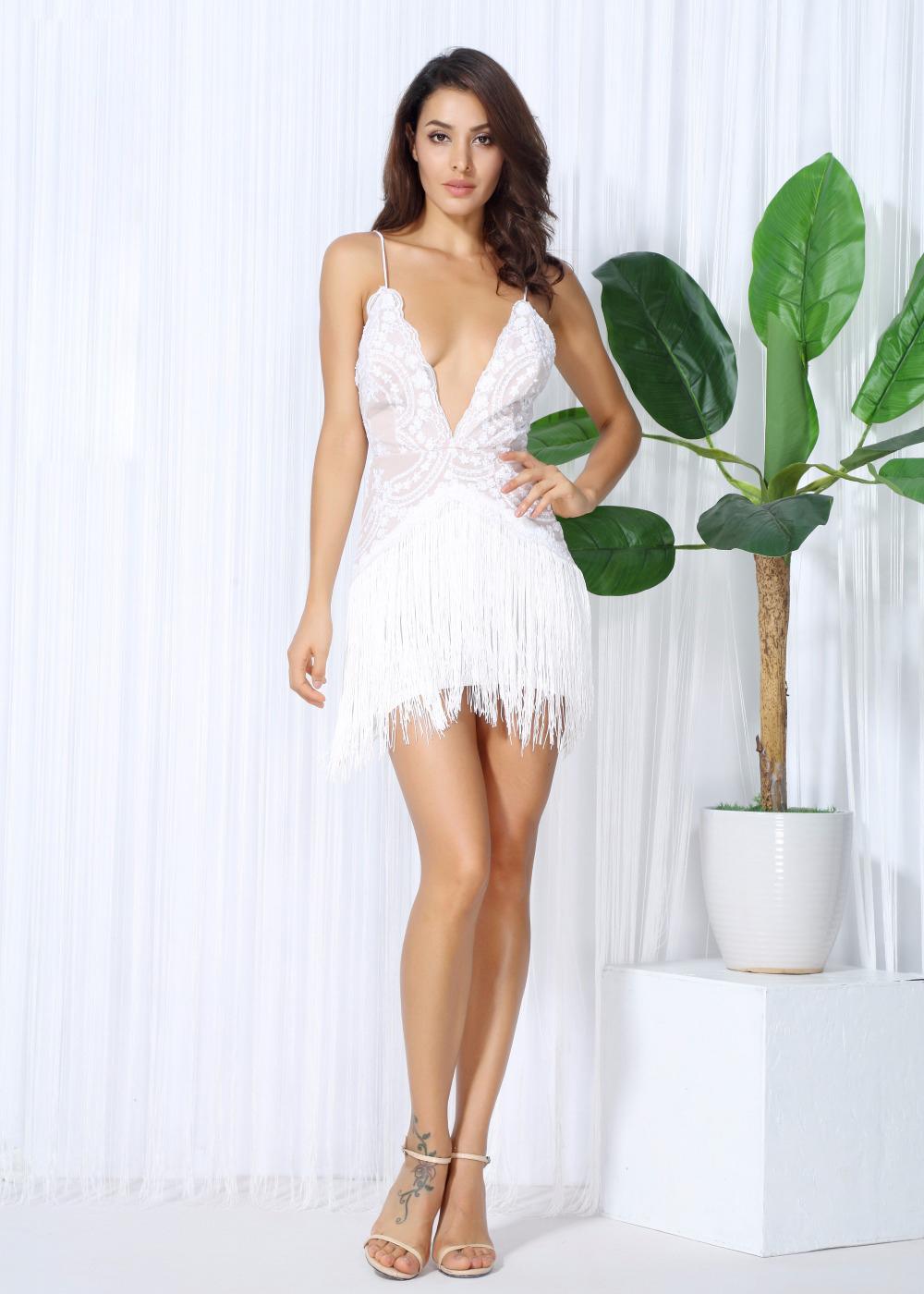 Короткое белое платье с глубоким декольте