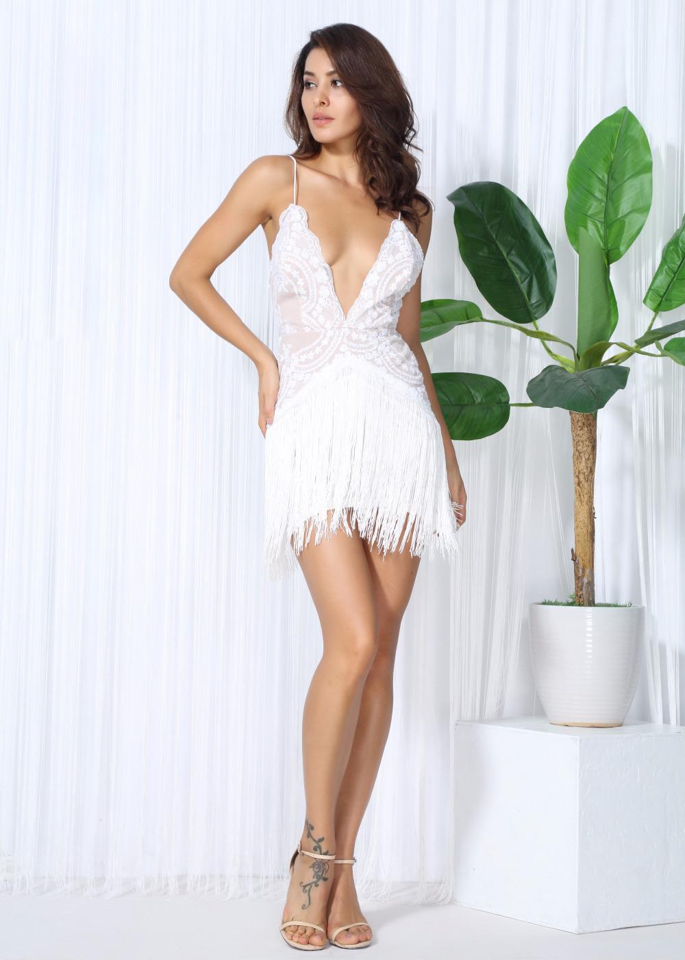 Белое кружевное платье с висюльками