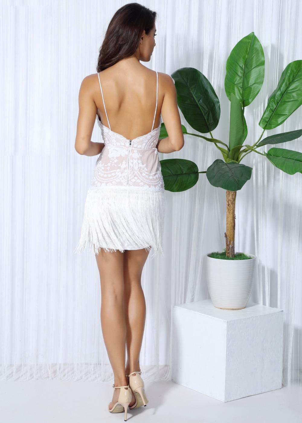 Девушка в платье со спины