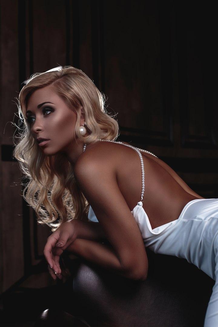 смуглая блондинка в белом платье
