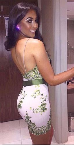 девугка со спины в коротком зеленом платье