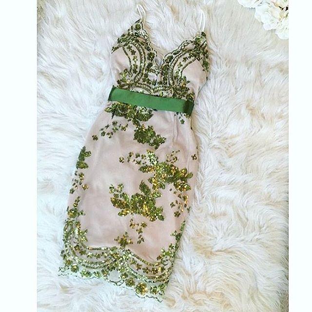 Светлое платье с зелеными узорами