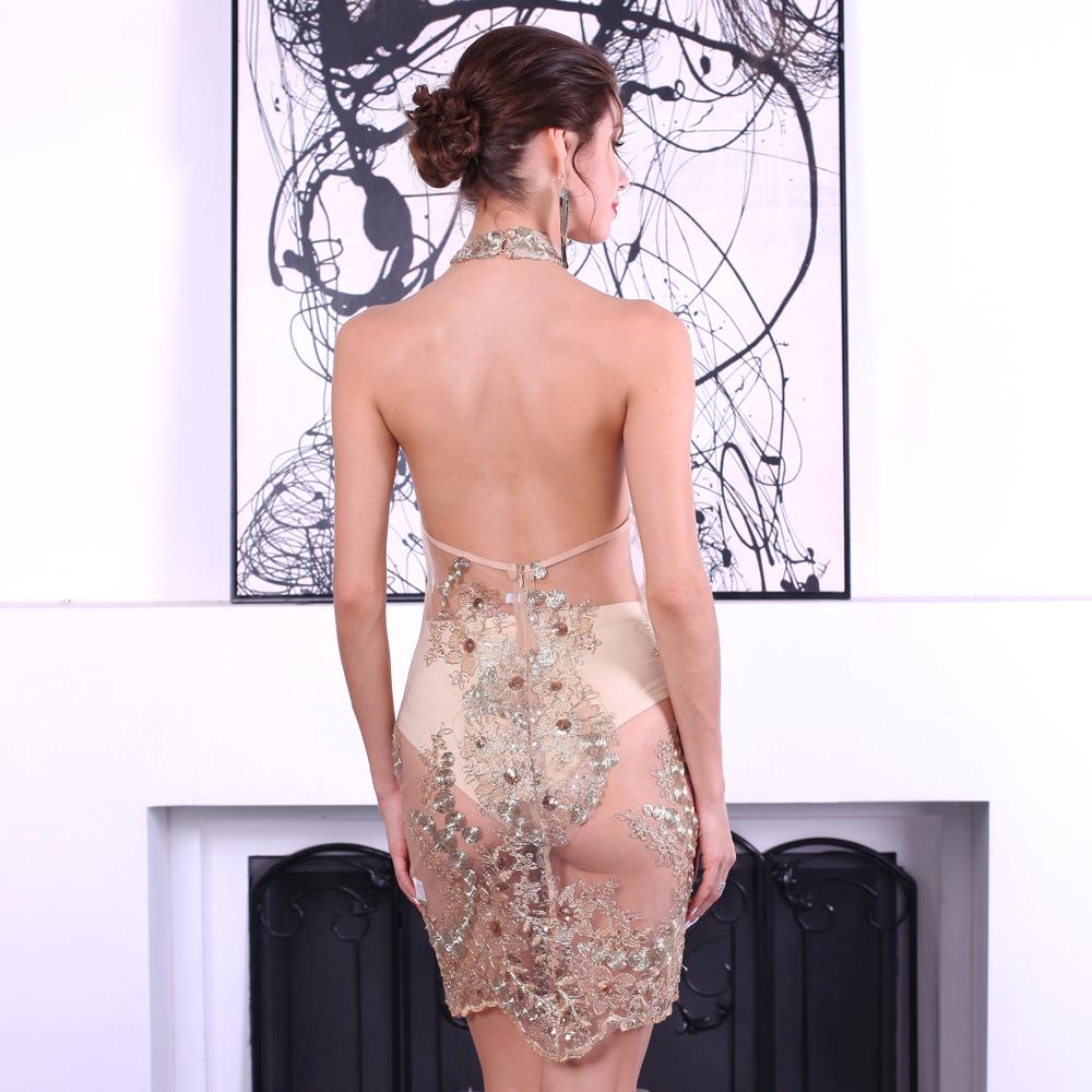 Девушка со спины в платье