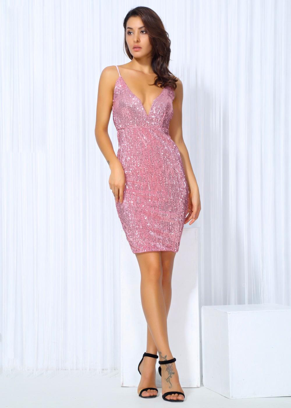 Розовое короткое платье с декольте