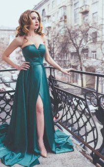 зеленое платье в пол на рыженькой