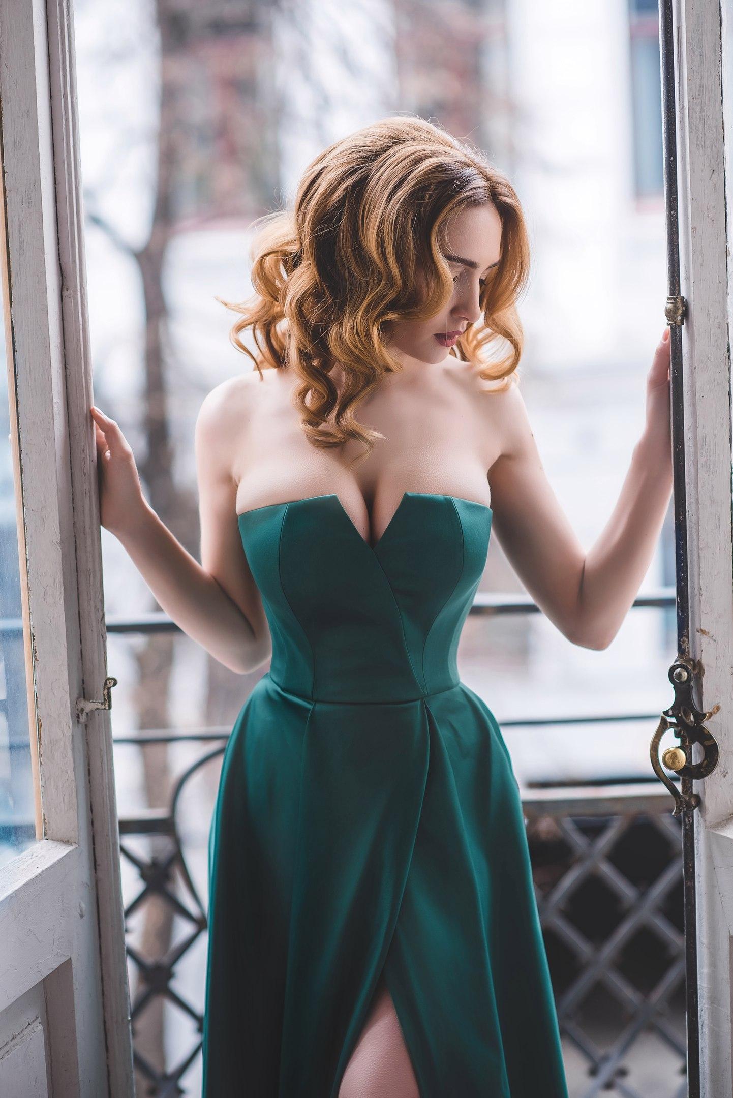 рыжая зеленое платье декольте