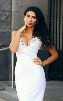 белое короткое платье с декольте