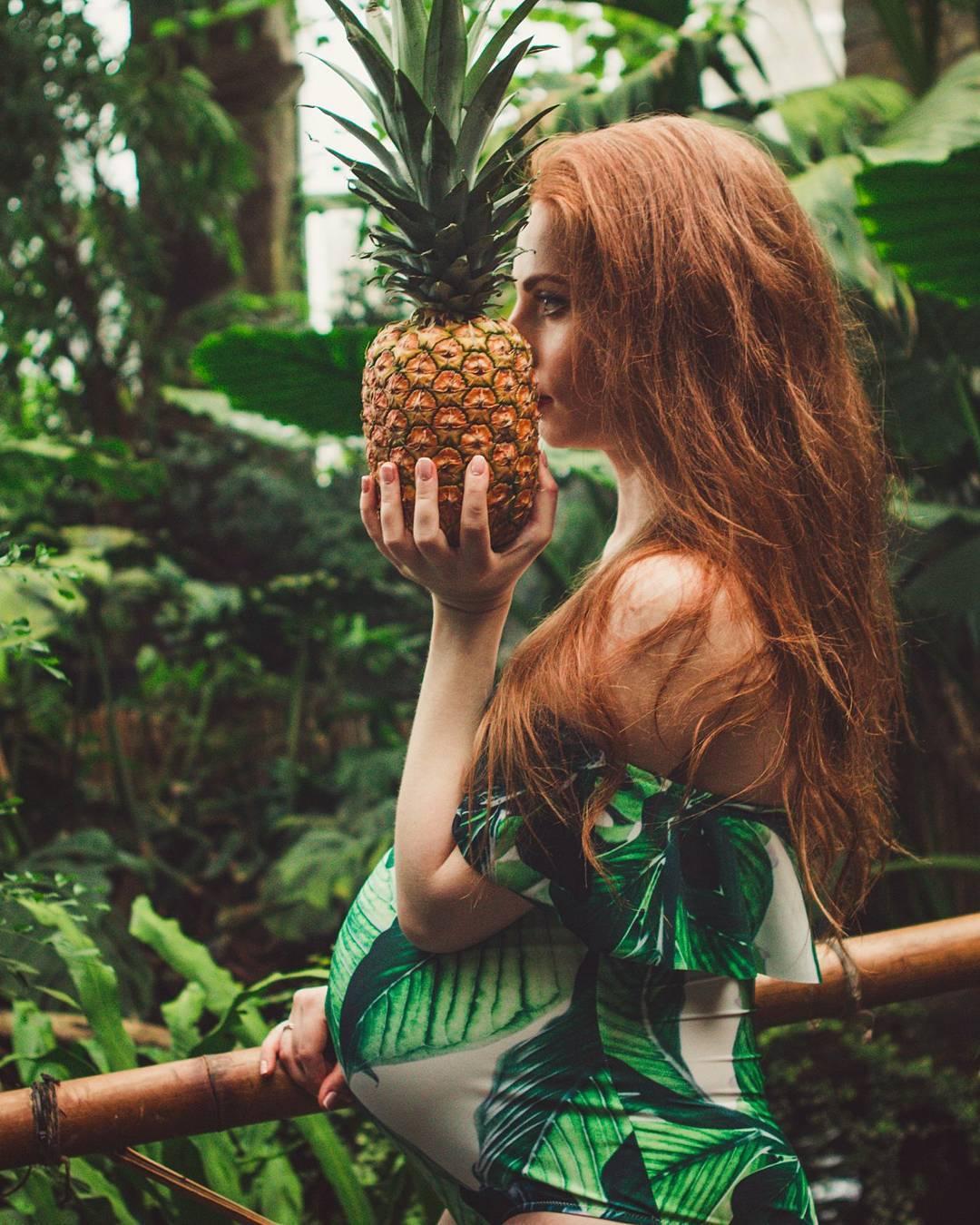 рыжая беременная с ананасом джунгли