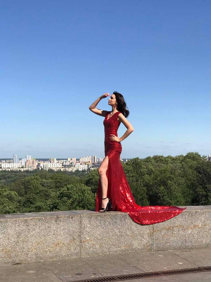 Красное платье со шлейфом и боковым разрезом прокат киев