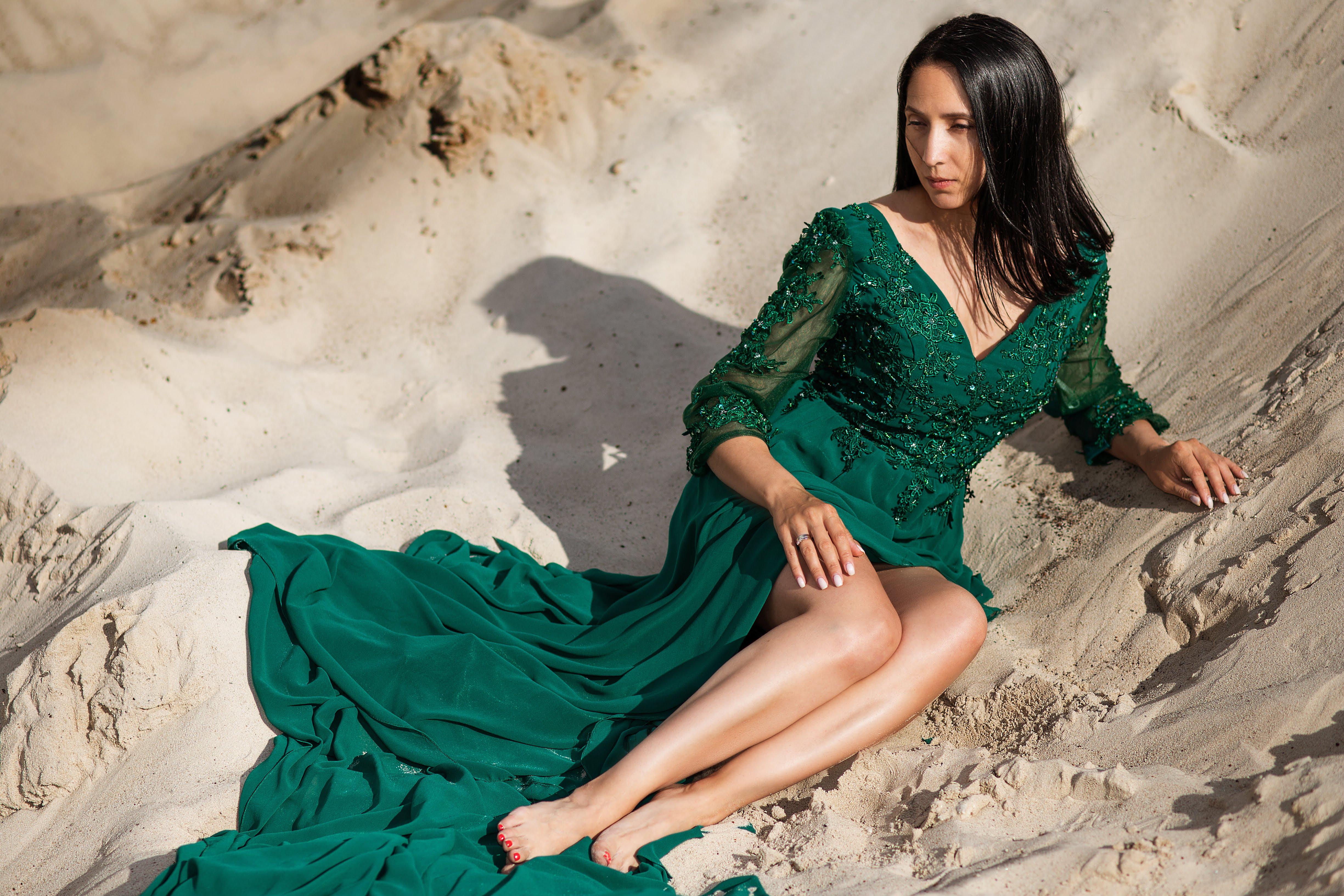 зеленое изумрудное платье с рукавами и шлейфом