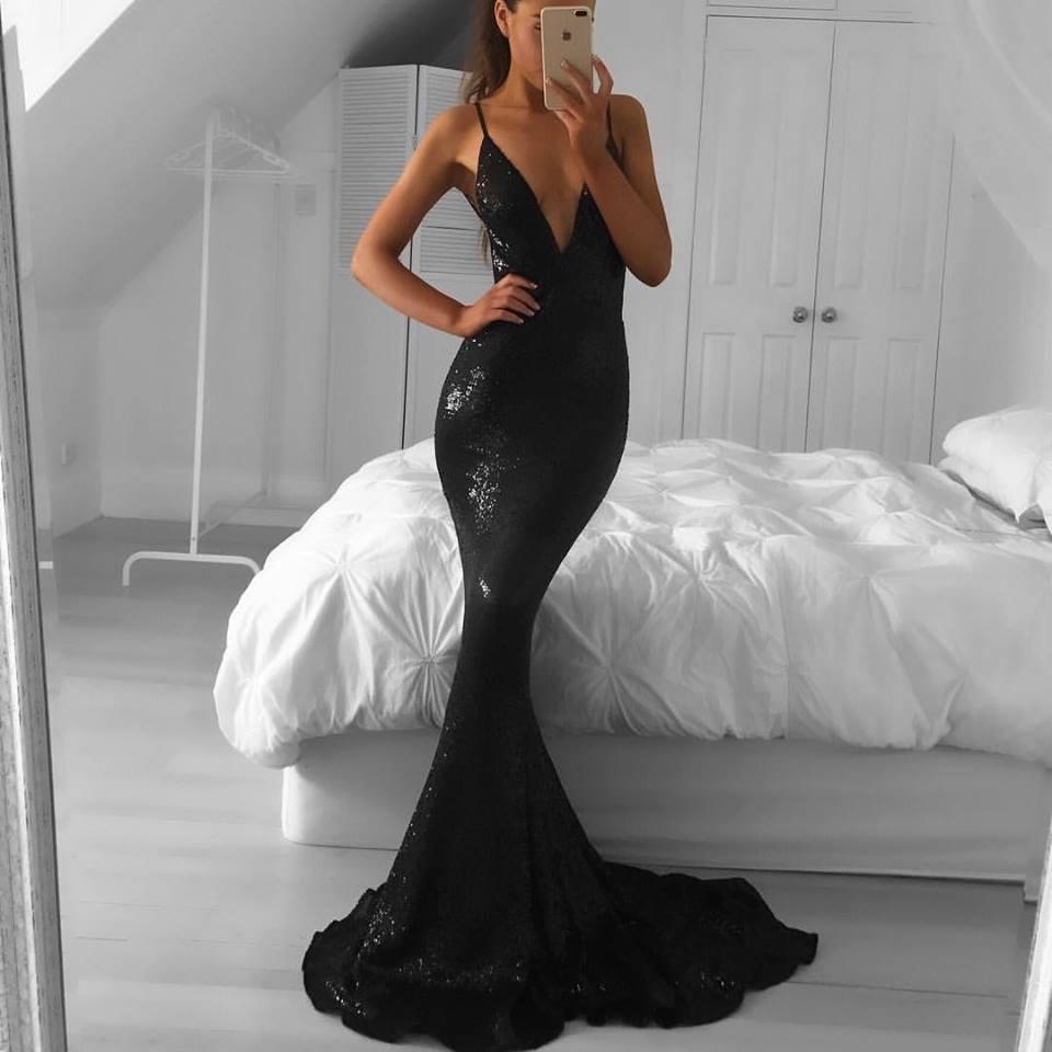 черное силуэтное платье в камнях