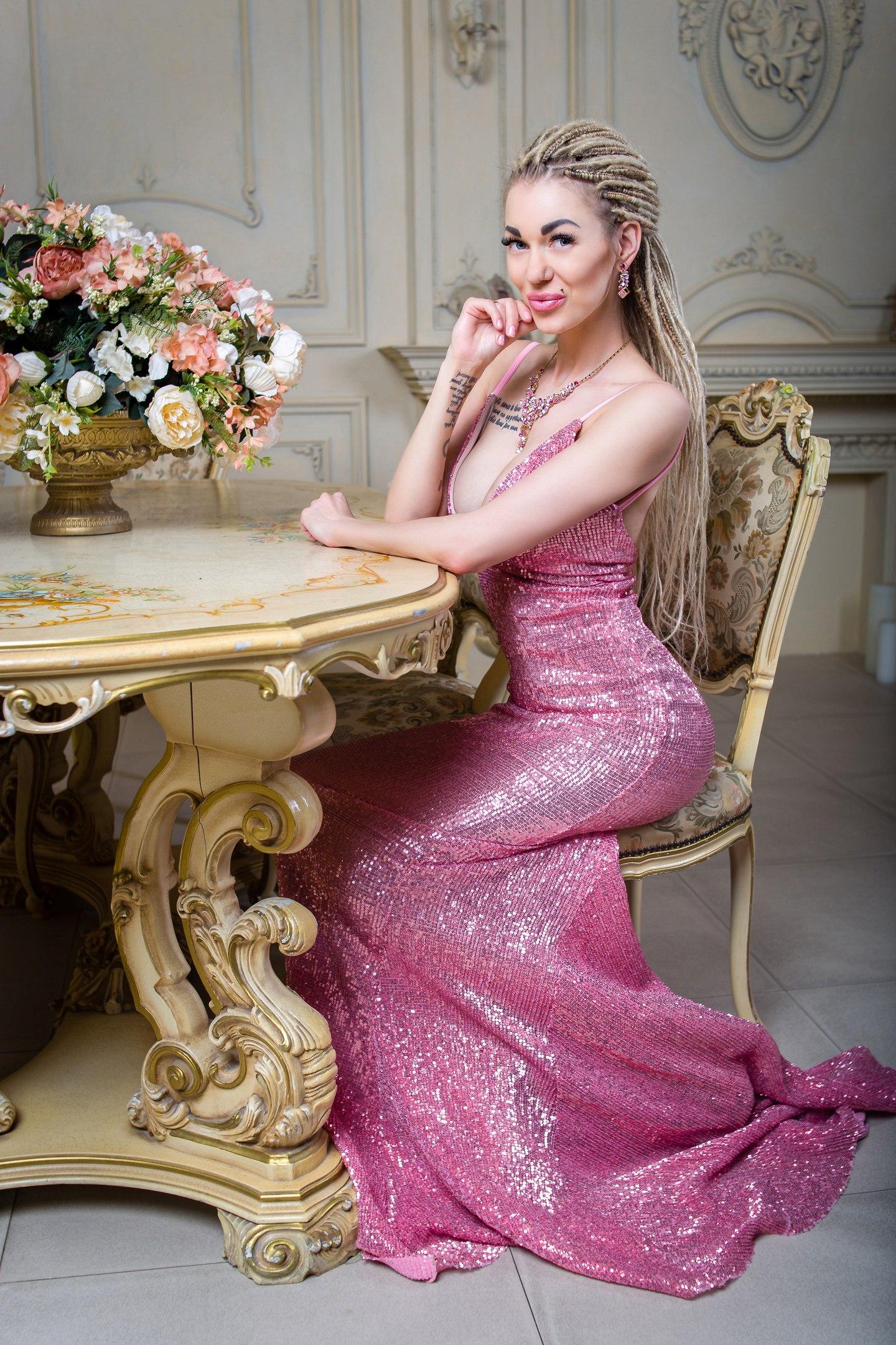 Розовое блестящее платье в пол
