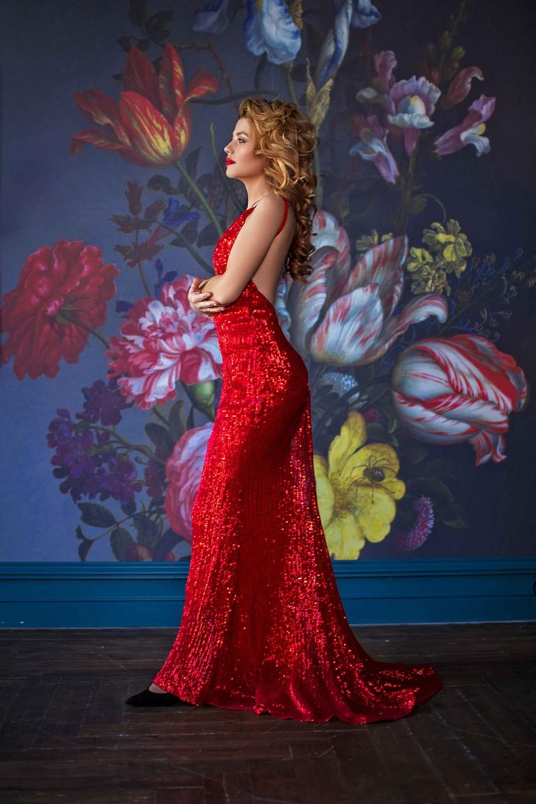 Красное блестящее платье в пол с открытой спиной