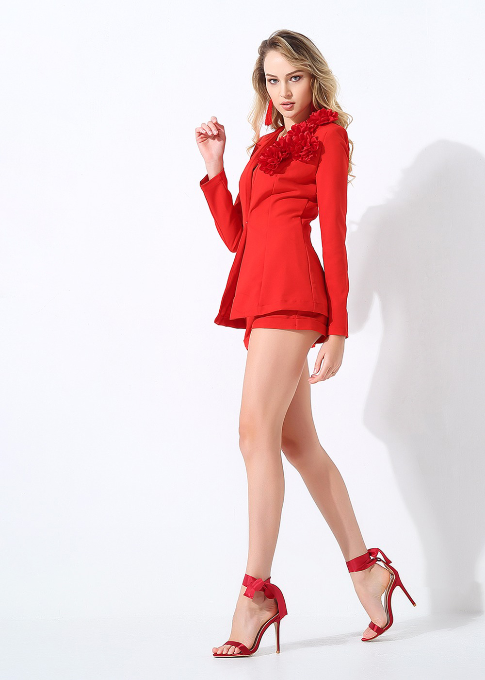 Красный женский костюм с шортами