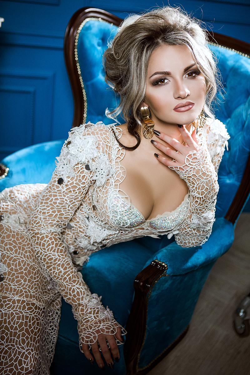 кружевное платье со шлейфом и рукавами проспейс киев прокат