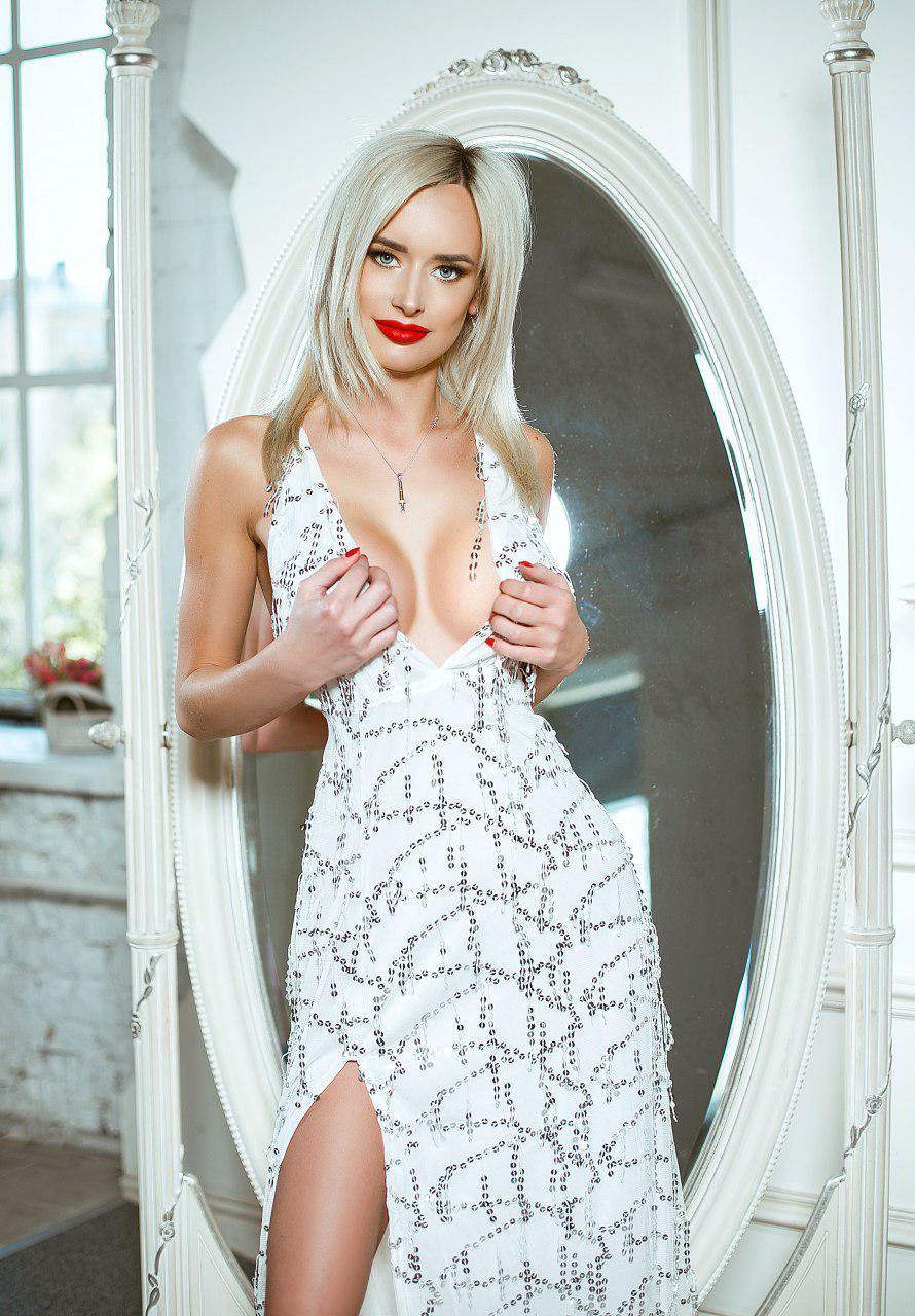 светлое платье с декольте и боковым разрезом напрокат киев