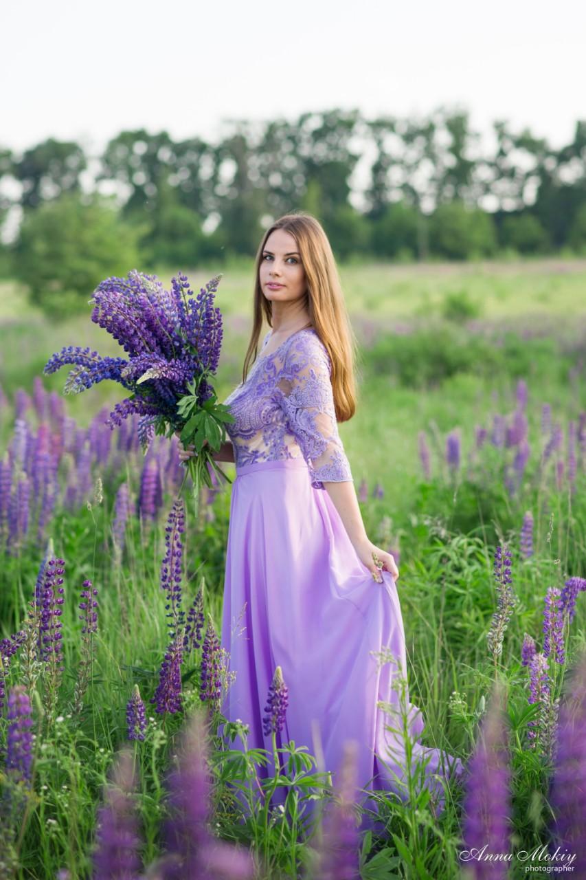 фотосессия в люпинах платья