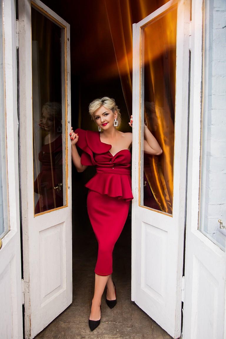 красное платье с воланом на одно плечо