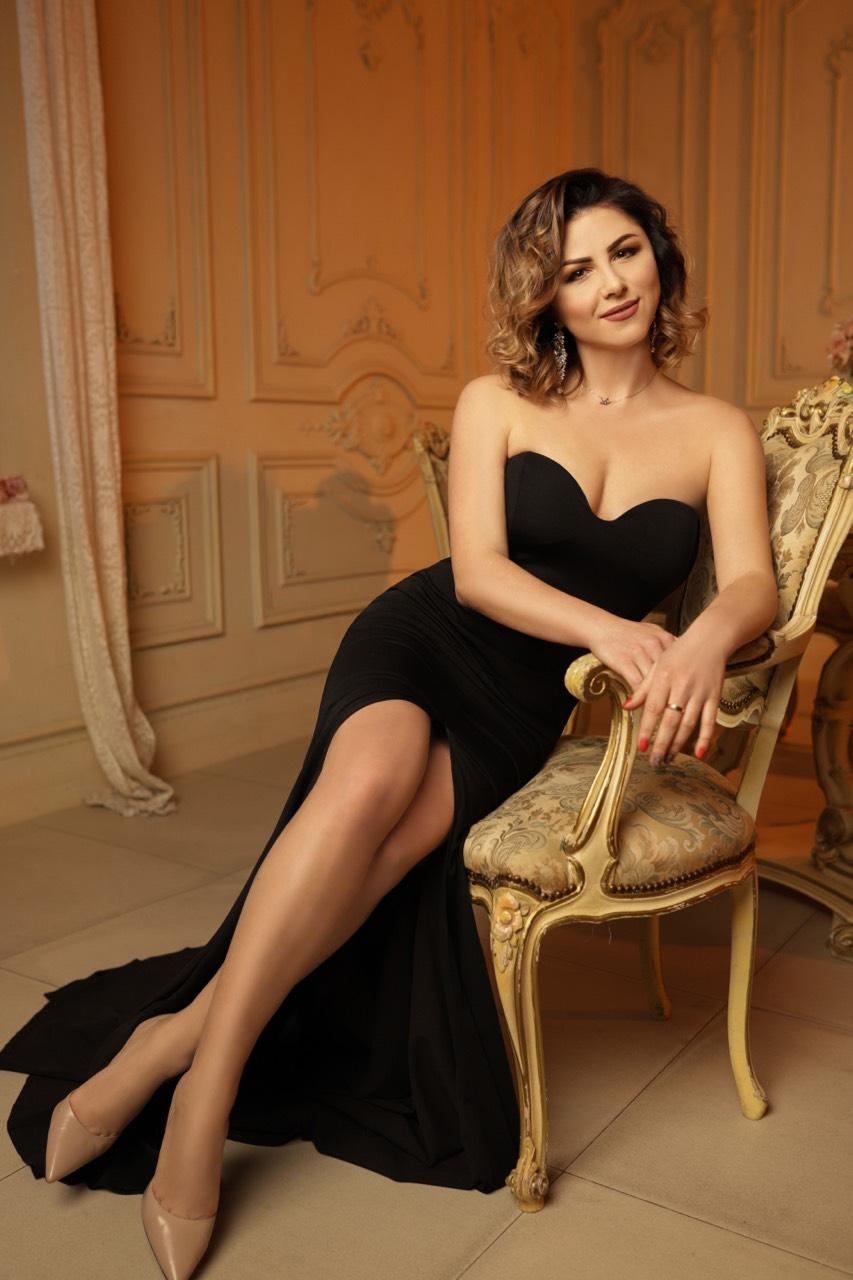 черное платье по фигуре с боковым разрезом прокат киев