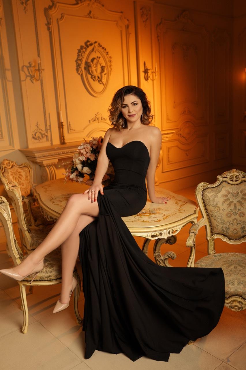 черное силуэтное платье по фигуре с разрезом прокат киев