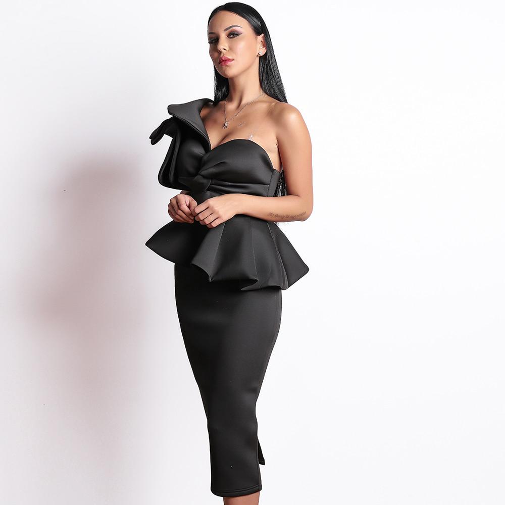 Черное платье на одно плечо с баской