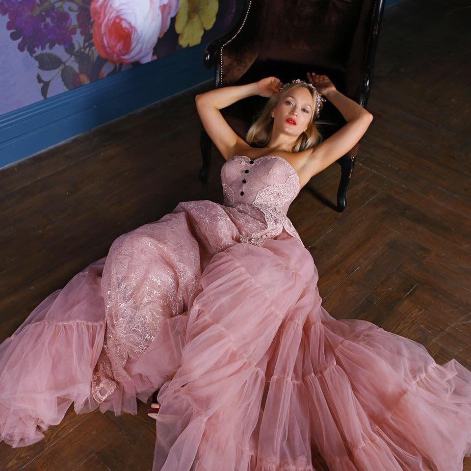 пышное пудровое кружевное платье