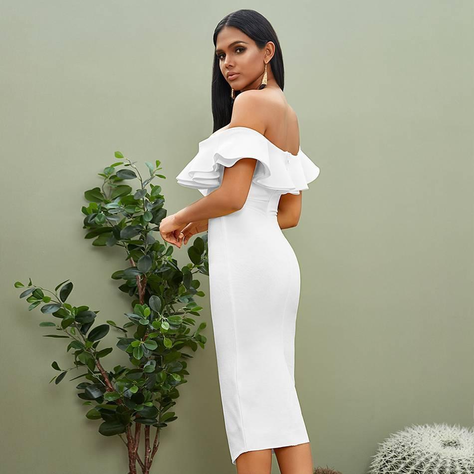 Короткое белое платье с открытыми плечами