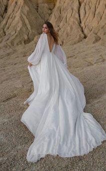 Белое платье с большим шлейфом