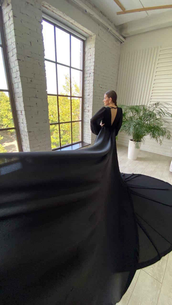 Чёрное платье со шлейфом