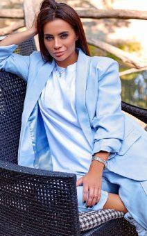 голубой брючный женский костюм