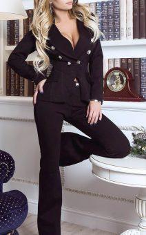 чёрный женский костюм с пуговицами