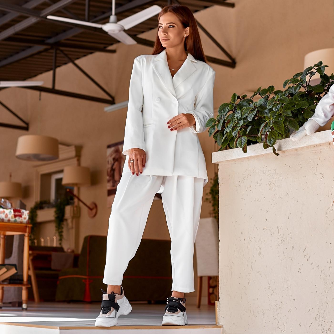 белый женский костюм с широкими брюками
